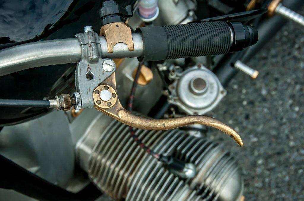 Nahaufnahme der Handbremse mit dem Trichter darunter - Umbau BMW R100 RS Starrahmen, Motorrad in NRW