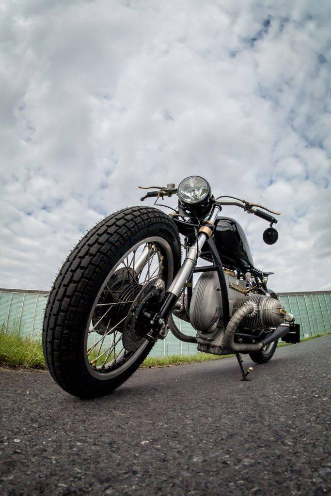 Perspektive Aufnahme von vorne des Motorrad mit neuem Tank - Umbau BMW R100 RS Starrahmen