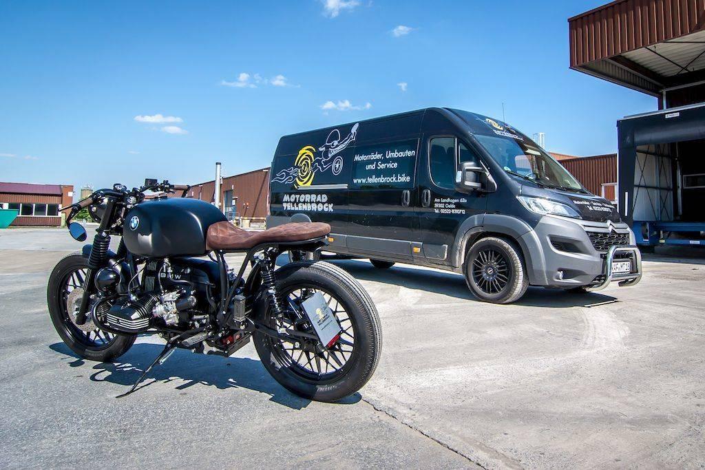 Umbau BMW R100 RT, Custombike vor Transportwagen für NRW