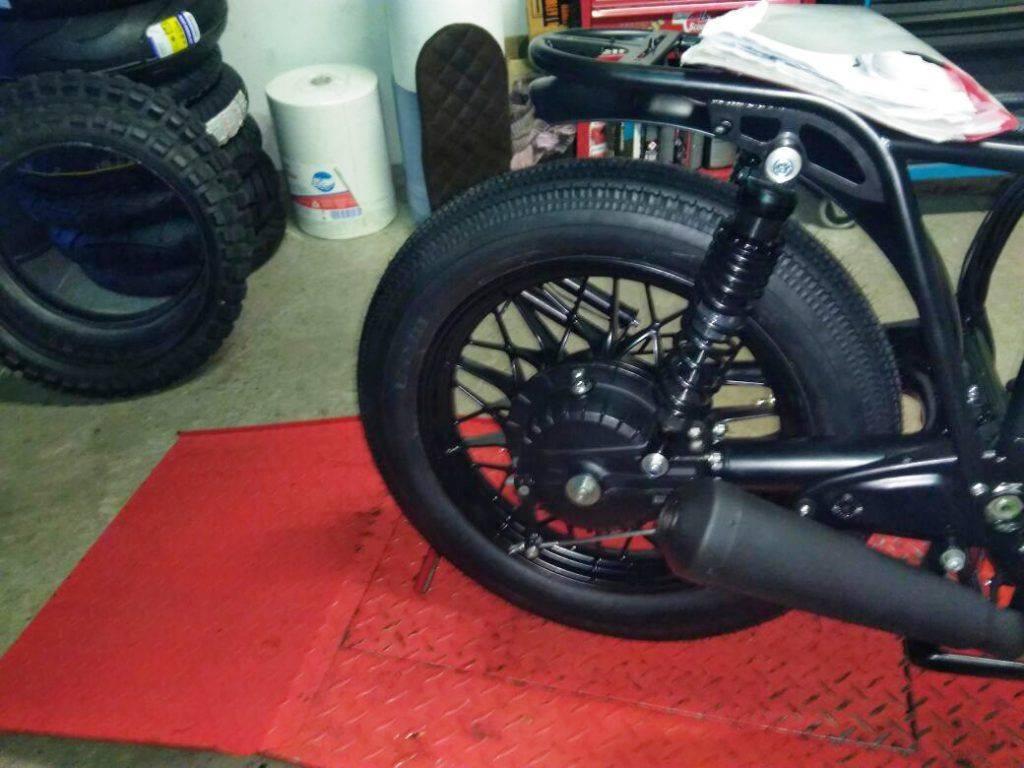 standhafter Hinterrad mit Eigenbau-Auspuff - Umbau BMW R100 RT Bike