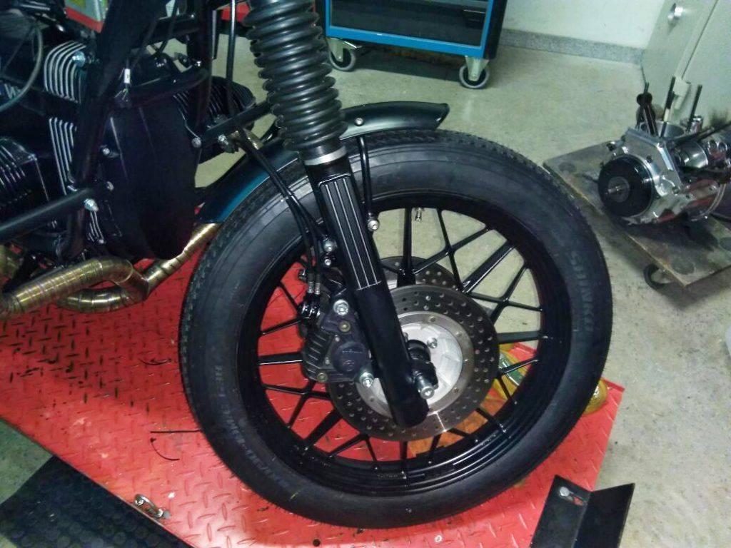 Ansicht des Vorderrads mit Stoßdämpfer - Umbau BMW R100 RT Motorad